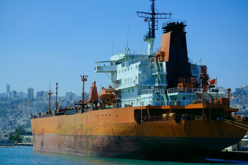 Cargo dans un port image stock