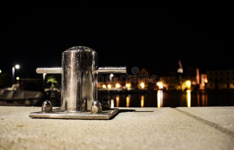 Cargo de amarração de prata na noite fotografia de stock royalty free