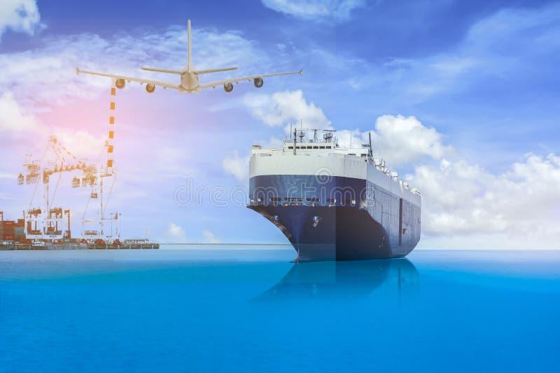 Cargo de conteneur et avion de charge avec le pont gauche en grue dans le port sur le ciel bleu, transport de fret avec l'expédit image libre de droits