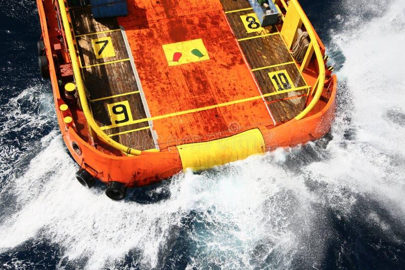 barco de la fuente con el helipuerto imagen de archivo