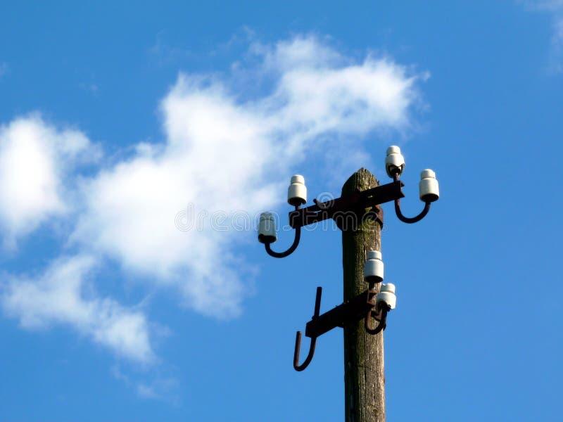 Cargo de madeira da distribuição da eletricidade sem cabos sob o céu azul imagens de stock royalty free