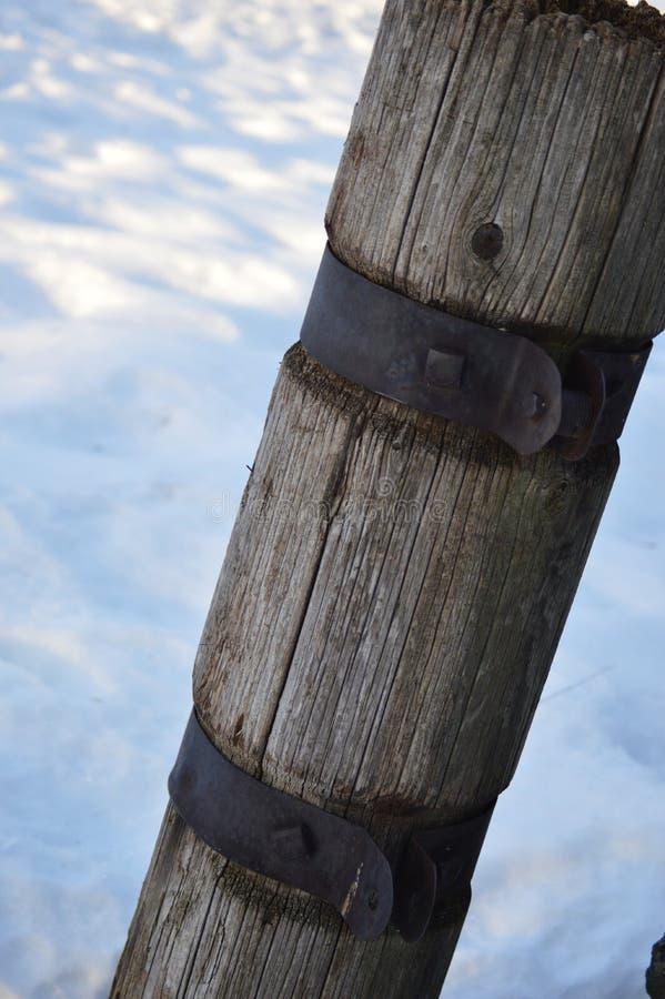 Cargo de madeira que senta-se no banco da neve fotografia de stock