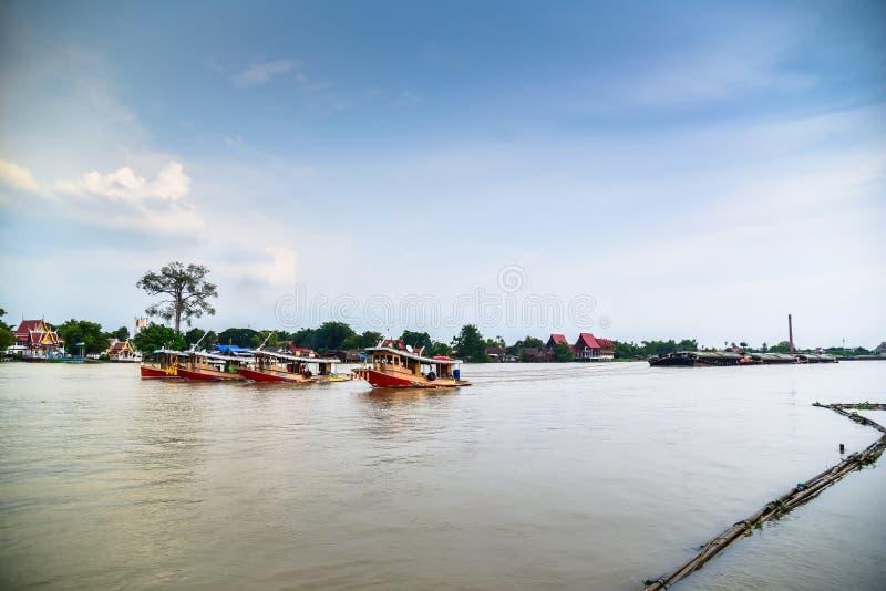 Cargo de remorqueur dans le fleuve Chao Phraya photo libre de droits
