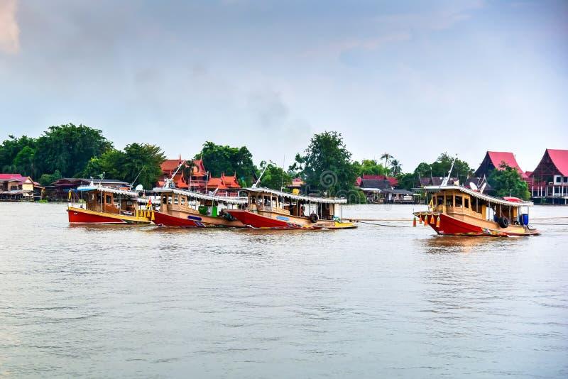 Cargo de remorqueur dans le fleuve Chao Phraya images libres de droits