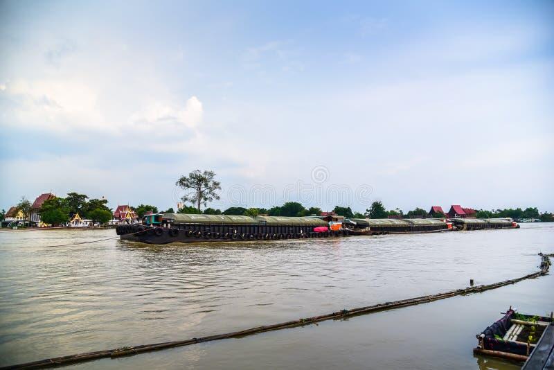 Cargo de remorqueur dans le fleuve Chao Phraya photos stock