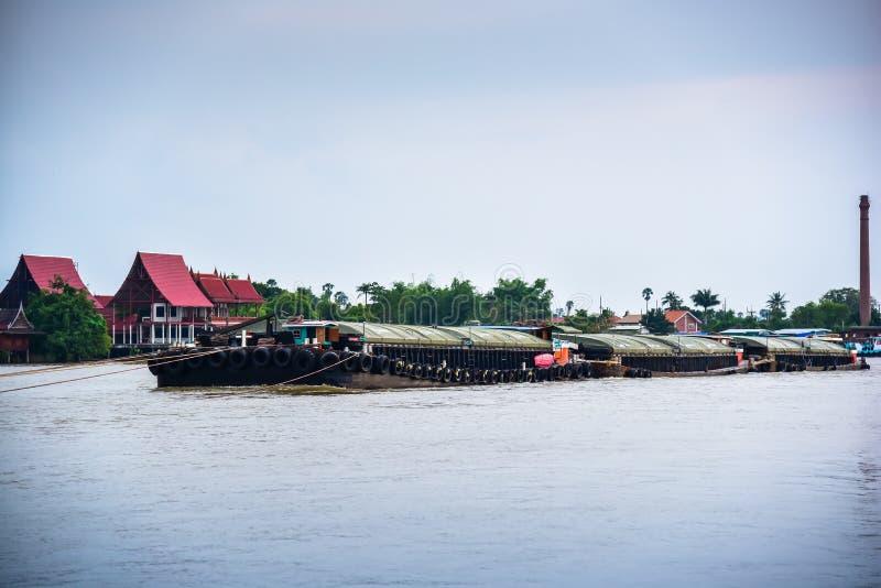 Cargo de remorqueur dans le fleuve Chao Phraya photo stock