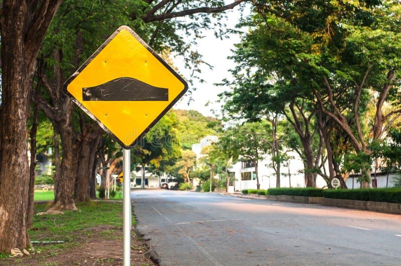 Cargo de sinal da estrada da corcunda fotografia de stock
