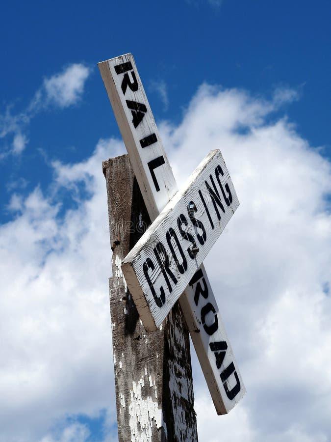 Cargo de sinal velho do cruzamento de estrada de trilho foto de stock royalty free