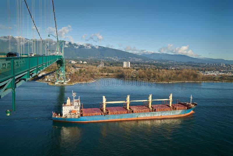 Cargo del ponte del portone dei leoni fotografie stock