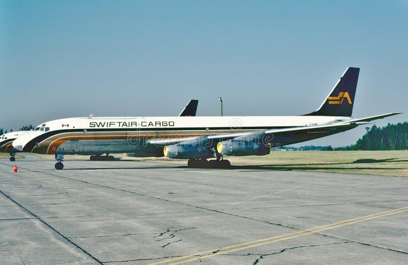 Cargo Douglas DC-8 de Swiftair lista para otro vuelo en 1982 imagenes de archivo