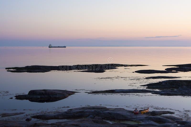 Cargo passant l'archipel de Landsort Stockholm photographie stock