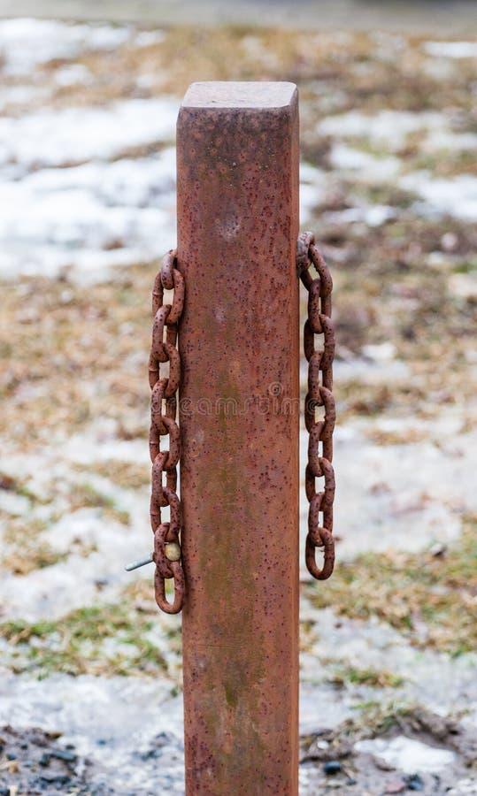 Cargo quadrado oxidado do metal com as duas correntes de suspensão imagem de stock