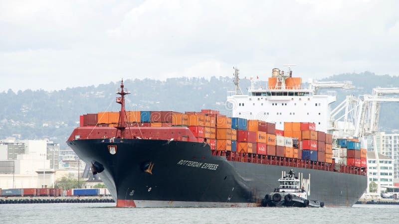 Cargo ROTTERDAM EXPRÈS entrant dans le port d'Oakland photos stock