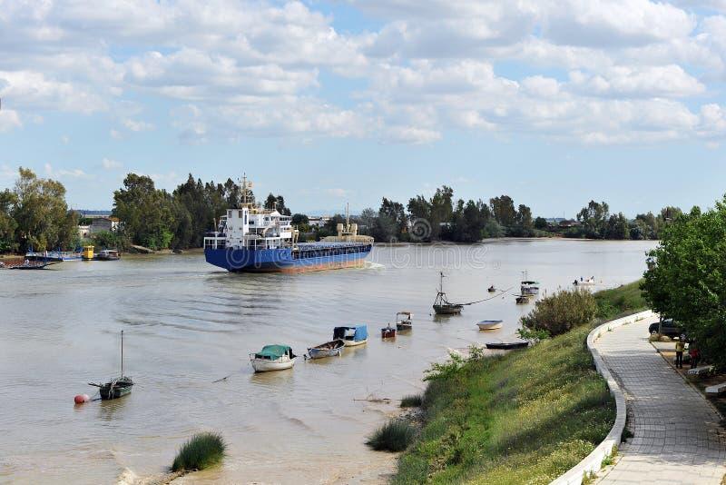 Cargo sur la rivière le Guadalquivir dans son passage par Coria del RÃo, Séville, AndalucÃa, Espagne photo stock