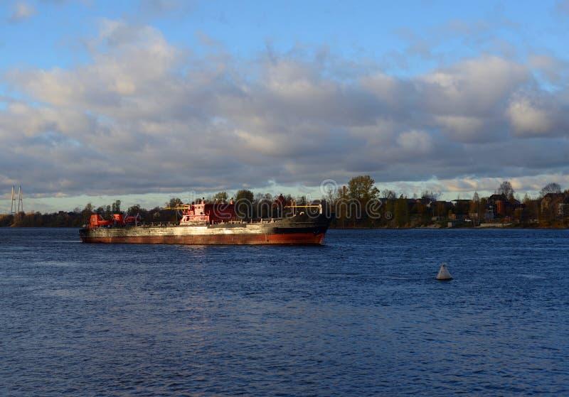Cargo sur le fleuve de Neva photos libres de droits