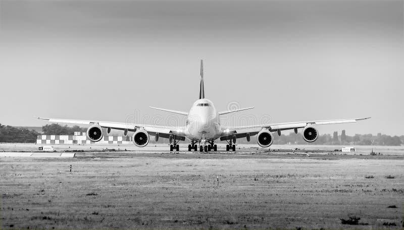 Cargolux-luchtvaartlijn Boeing 747 vliegtuig met 4 motoren op zwart-wit grond stock foto's