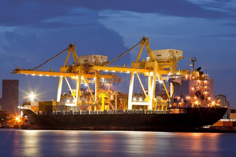 Cargos au crépuscule image stock