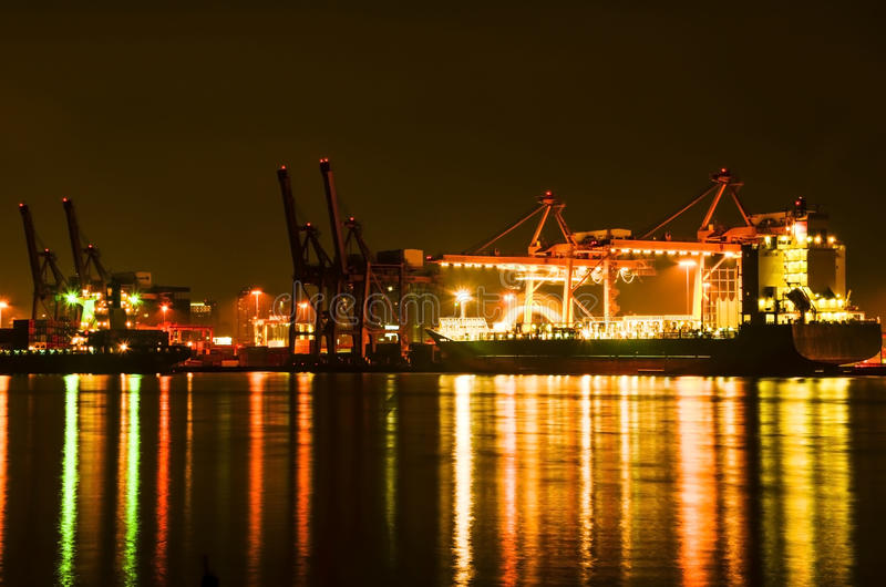 Cargos au crépuscule photographie stock