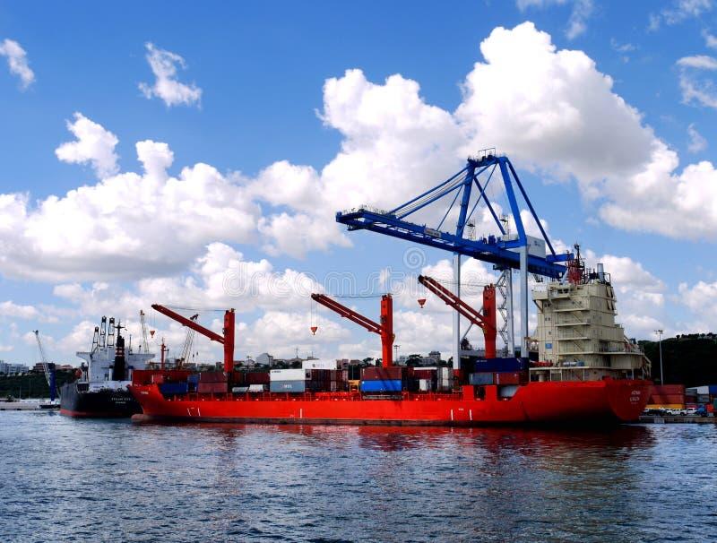 Cargos dans le déchargement dans le port photographie stock libre de droits