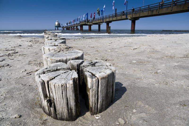 Cargos e cais de madeira em Prerow no mar Báltico alemão fotografia de stock royalty free