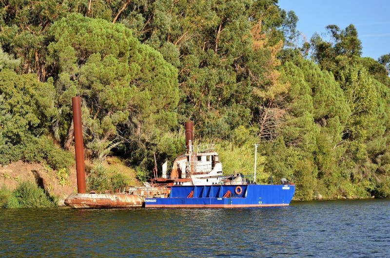Cargos en rivière Douro image stock
