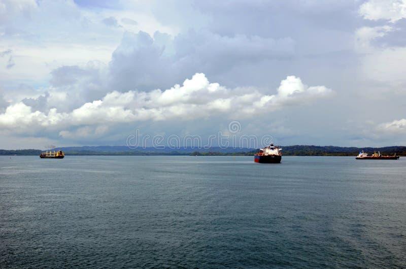 Cargos présentant le canal de Panama dans le Cristobal, Panama images libres de droits