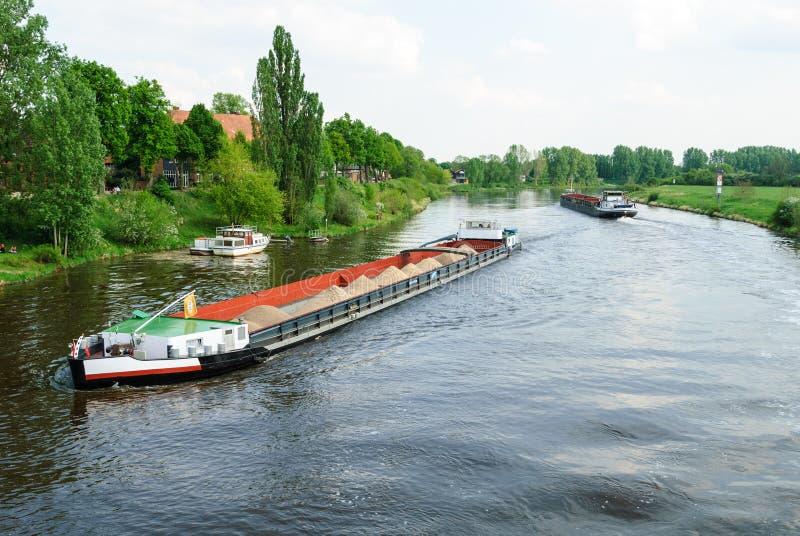 Cargos sur une rivière photo stock