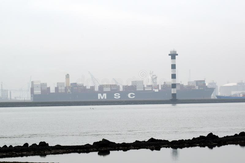 Cargoship nel porto del secondo Maasvlakte vicino al Northsea immagini stock libere da diritti