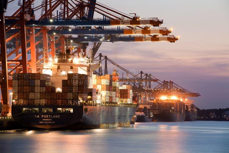 Cargueiro - navios de recipiente na porta fotos de stock