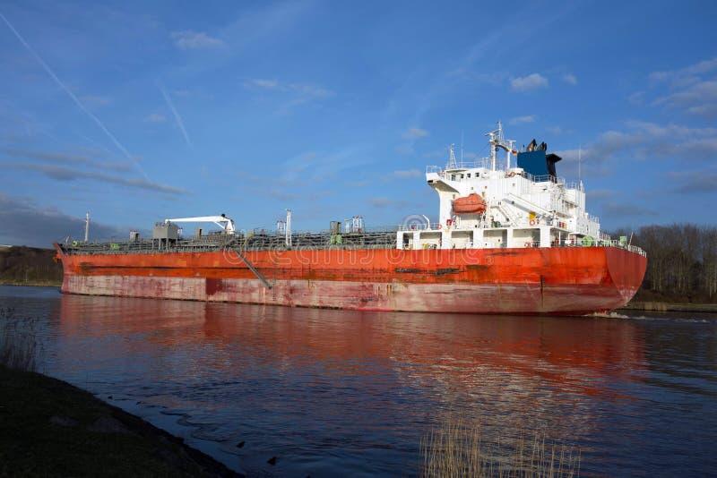 Cargueiro no canal de Kiel foto de stock