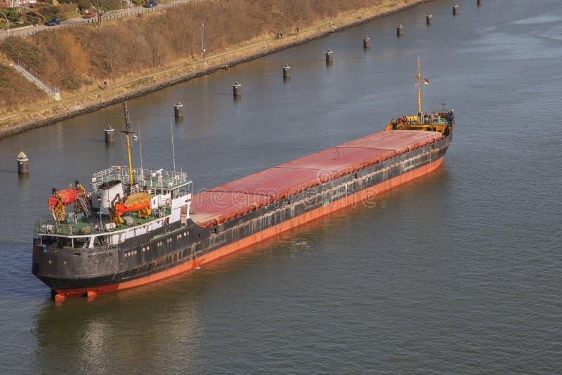 Download Cargueiro no canal de Kiel imagem de stock. Imagem de exportação - 29830909