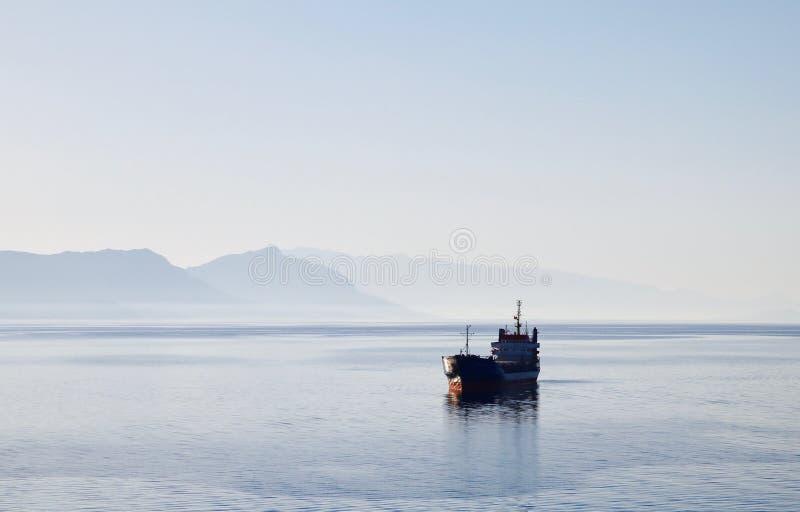 Cargueiro no mediterrâneo fotos de stock royalty free