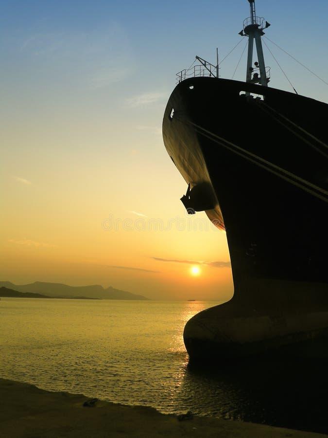 Carguero de graneles en puesta del sol foto de archivo