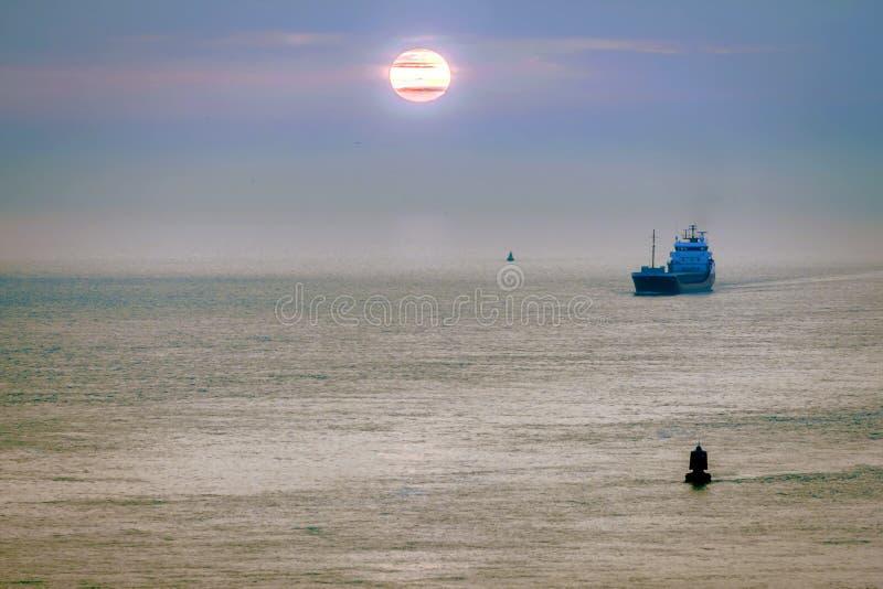 Carguero en el mar foto de archivo libre de regalías