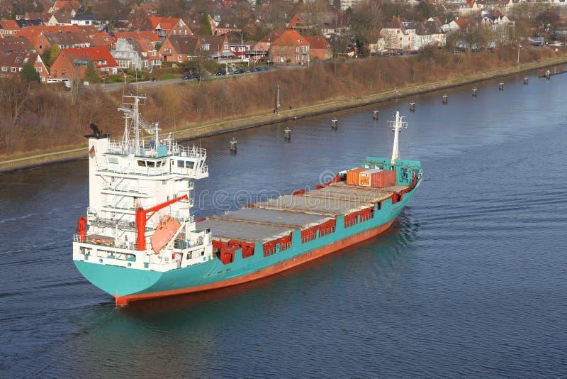 Carguero en Kiel Canal foto de archivo