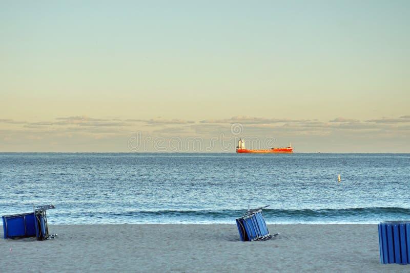 Carguero que pasa de la playa del Fort Lauderdale imagen de archivo libre de regalías