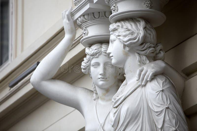 cariátide Estátuas de duas jovens mulheres em Viena fotos de stock royalty free