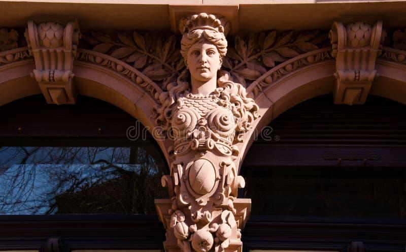 Cariátide na construção em Heidelberg, Alemanha fotografia de stock