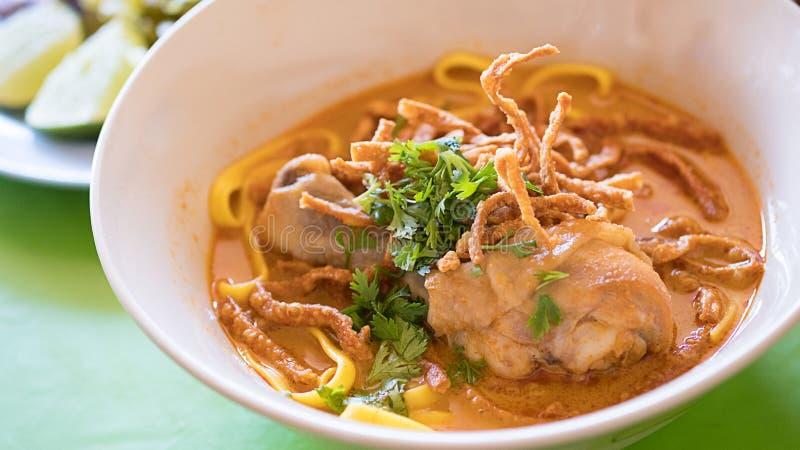 Cari épicé thaïlandais de poulet de Khao Soi de nourriture de nourriture thaïlandaise photographie stock libre de droits