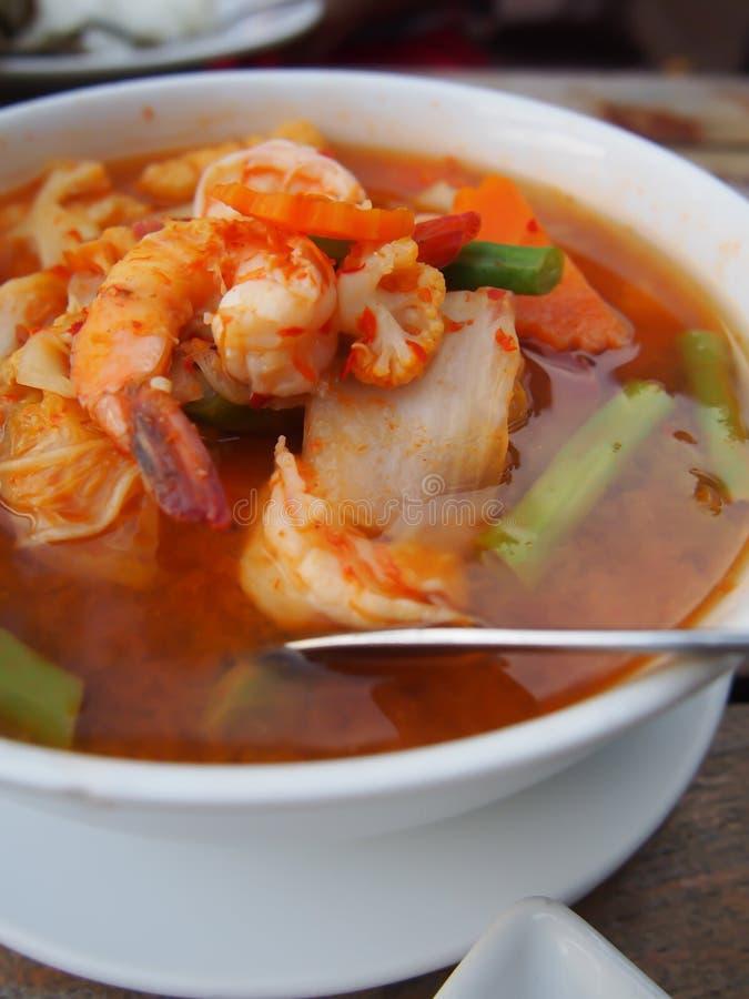 Cari aigre avec des légumes tels que le chou blanc et le longs haricot et crevette, nourriture thaïlandaise image stock