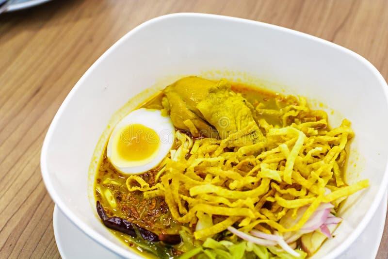 Cari croustillant thaïlandais de poulet de nouille de soi de Khao photos stock