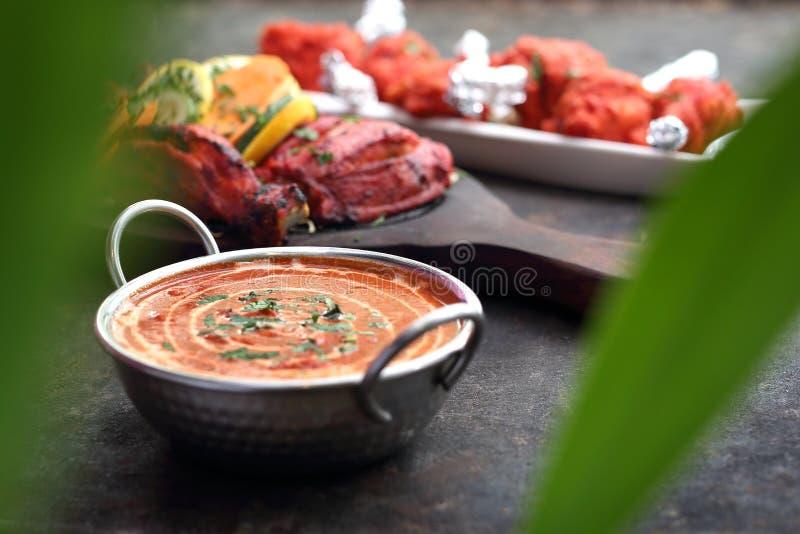 Cari rouge, cari aromatique avec la mangue et tomates Cuisine asiatique traditionnelle photos libres de droits
