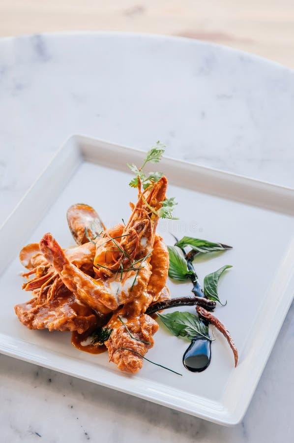 Cari thaïlandais de Chu Chee Red avec des crevettes roses de tigre du plat blanc photos libres de droits