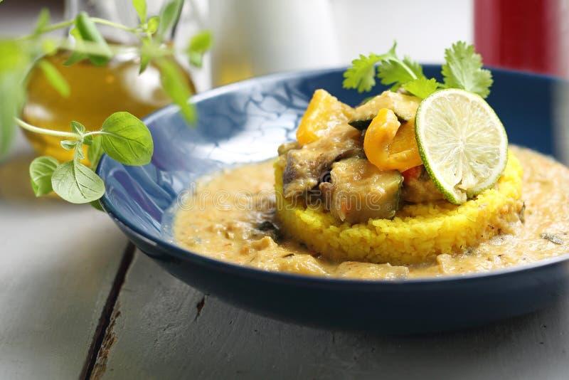 Cari vert avec l'aubergine, la courgette et le céleri servis avec du riz jaune photographie stock