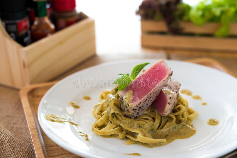 Cari vert crémeux de pâtes avec le bifteck de thon images stock
