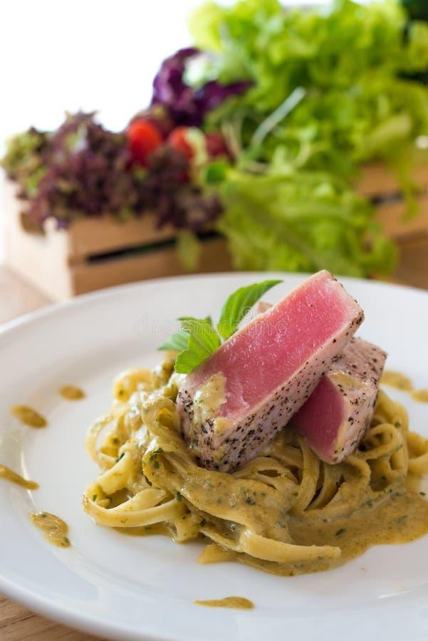 Cari vert crémeux de pâtes avec le bifteck de thon images libres de droits