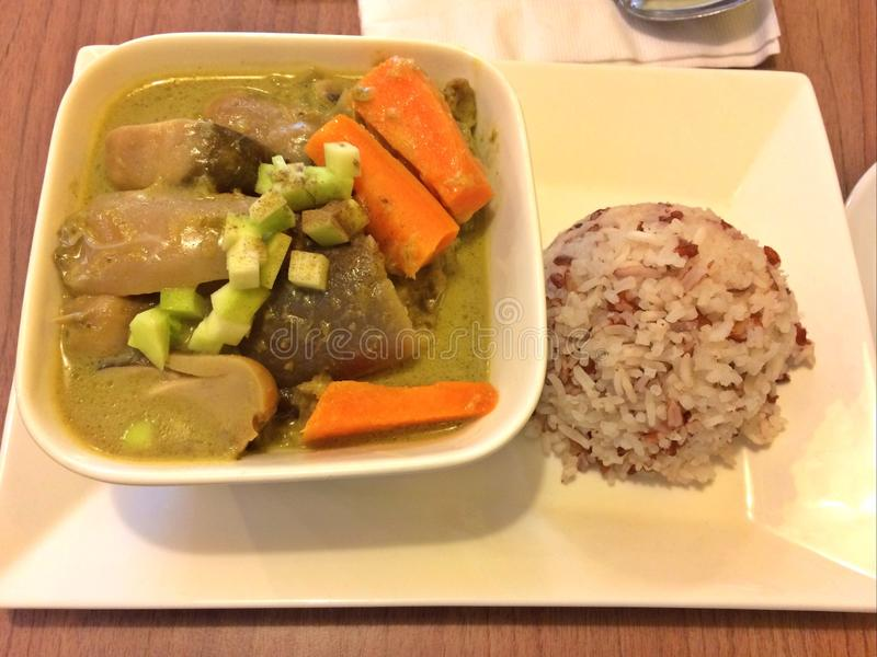 Cari vert thaïlandais de poulet et riz brun et blanc mélangé photos stock