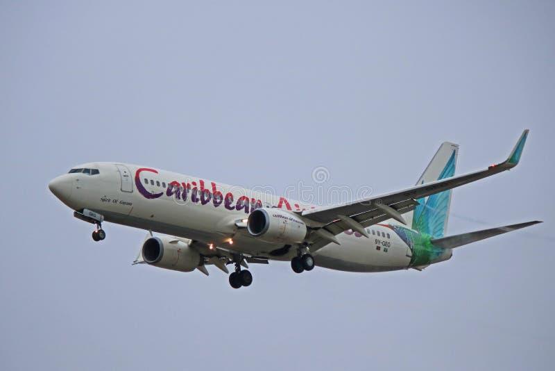 Caribbean Airlines Boeing 737-800 alrededor a aterrizar imagen de archivo