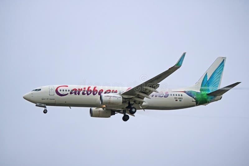 Caribbean Airlines Boeing 737-800 en acercamiento final foto de archivo