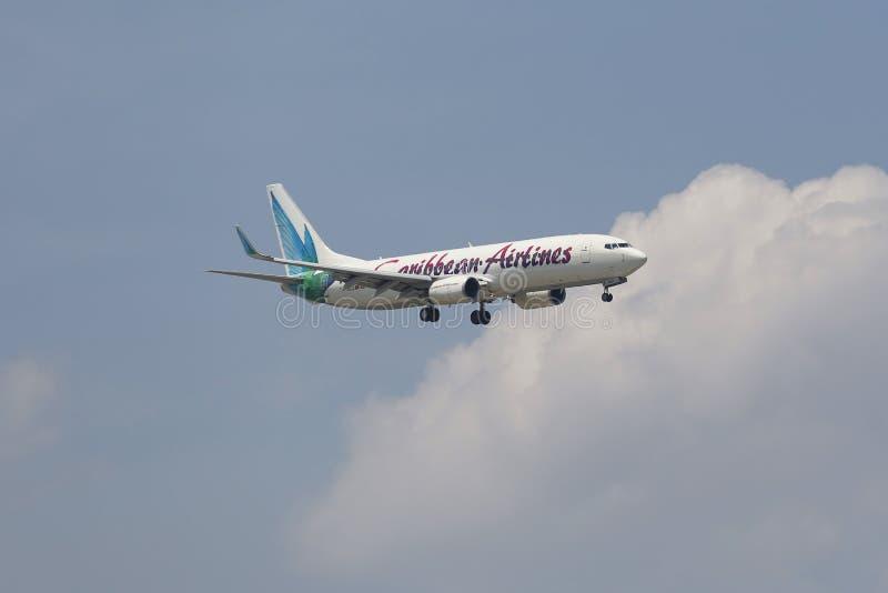 Caribbean Airlines Boeing 737 en el cielo de Nueva York antes de aterrizar en el aeropuerto de JFK imagen de archivo